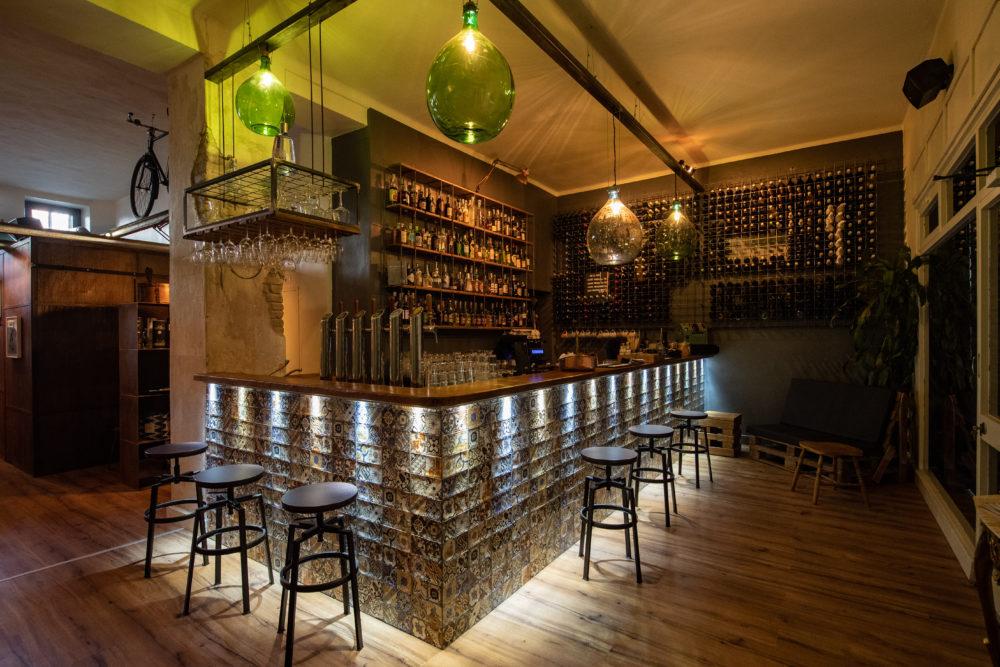 bancone, sgabelli e lampadari a forma di botte di vino