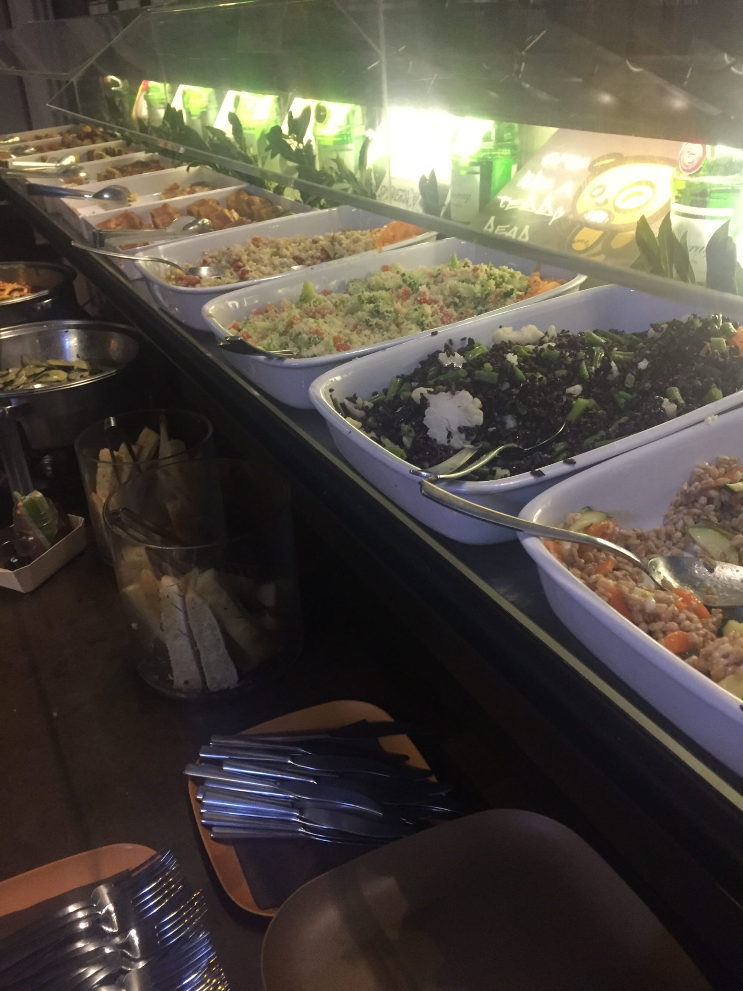 apericena a buffet con vari piatti di verdure, riso e orzo