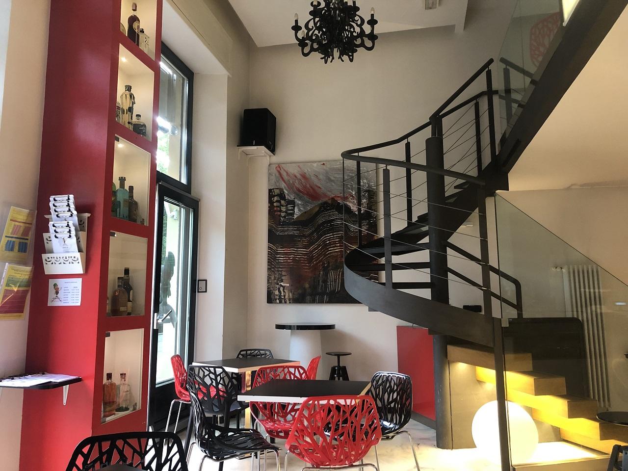 locale con scale e sedie rosse e nere