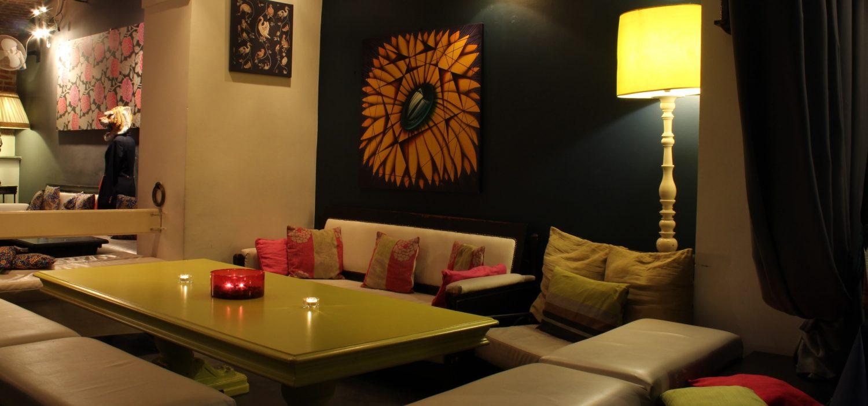 locale in stile britannico con divani dai colori tenui
