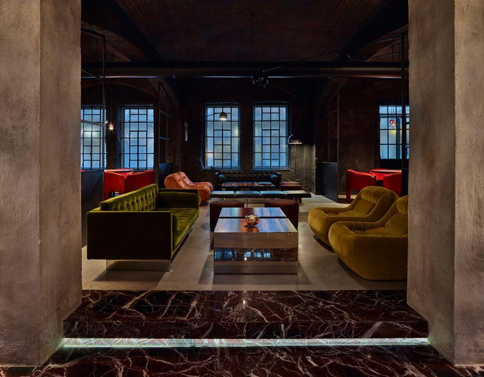 locale elegante con divani in velluto