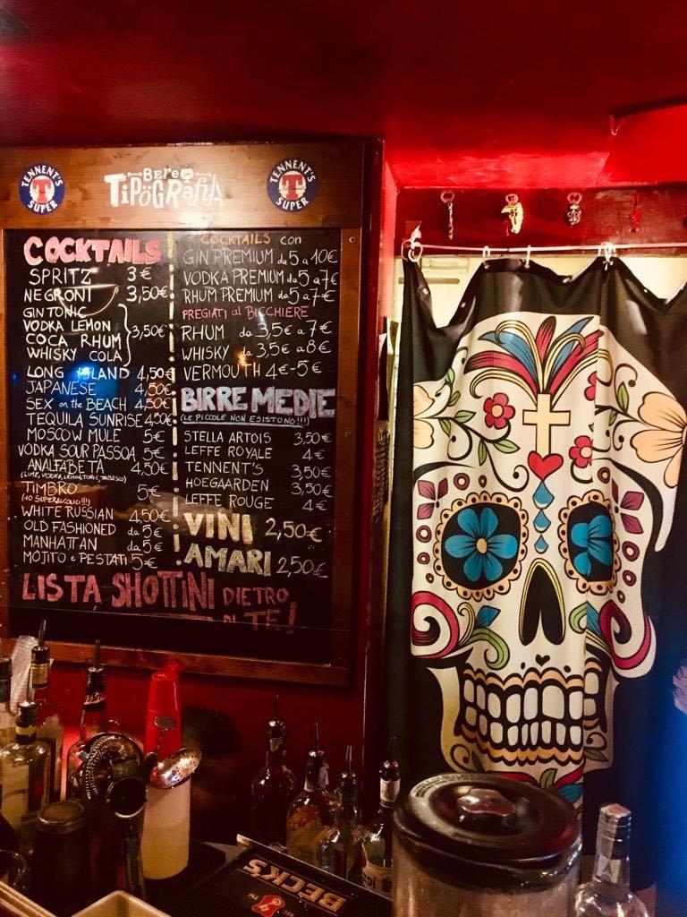lista cocktail, birre e vini con tenda con teschio
