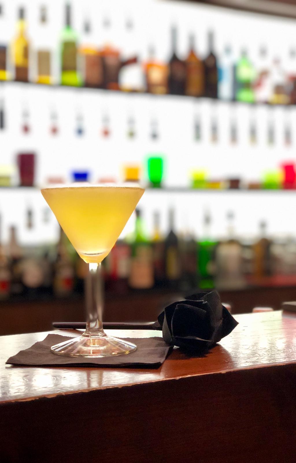 cocktail giallo su bancone