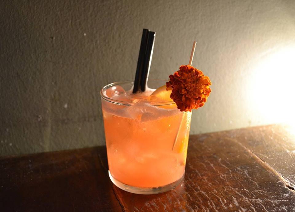 cocktail decorato con fiore
