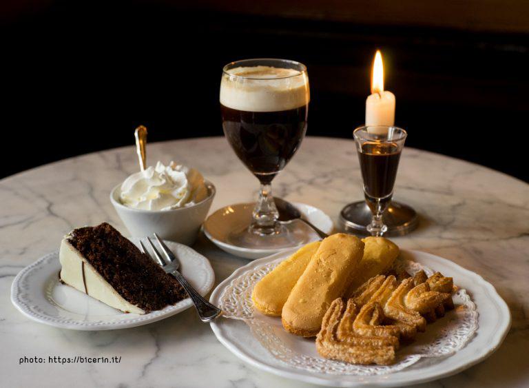 bicerin con torta al cioccolato, panna montata e pasticcini