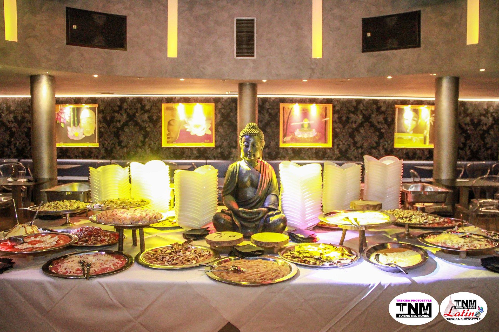 apericena a buffet con statua di buddha