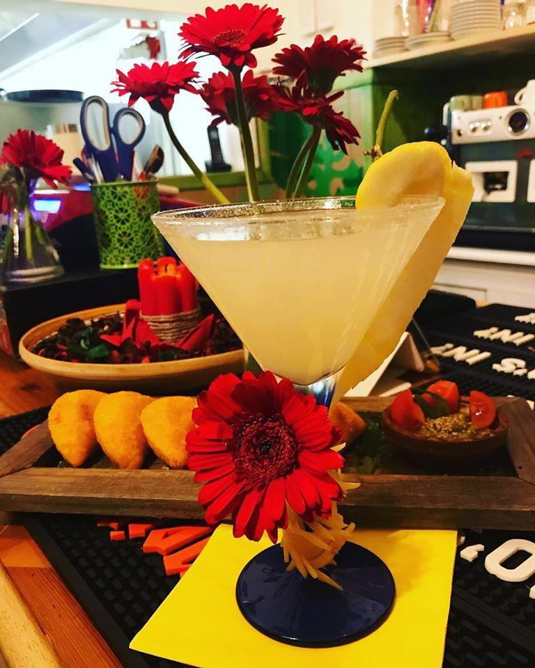 cocktail colorato con fiori