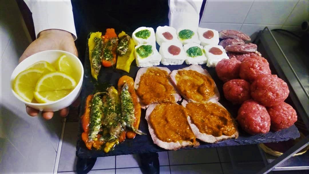 tagliere con pordotti piemontesi: acciughe al verde, salsiccia cruda di bra, peperoni e bagna cauda