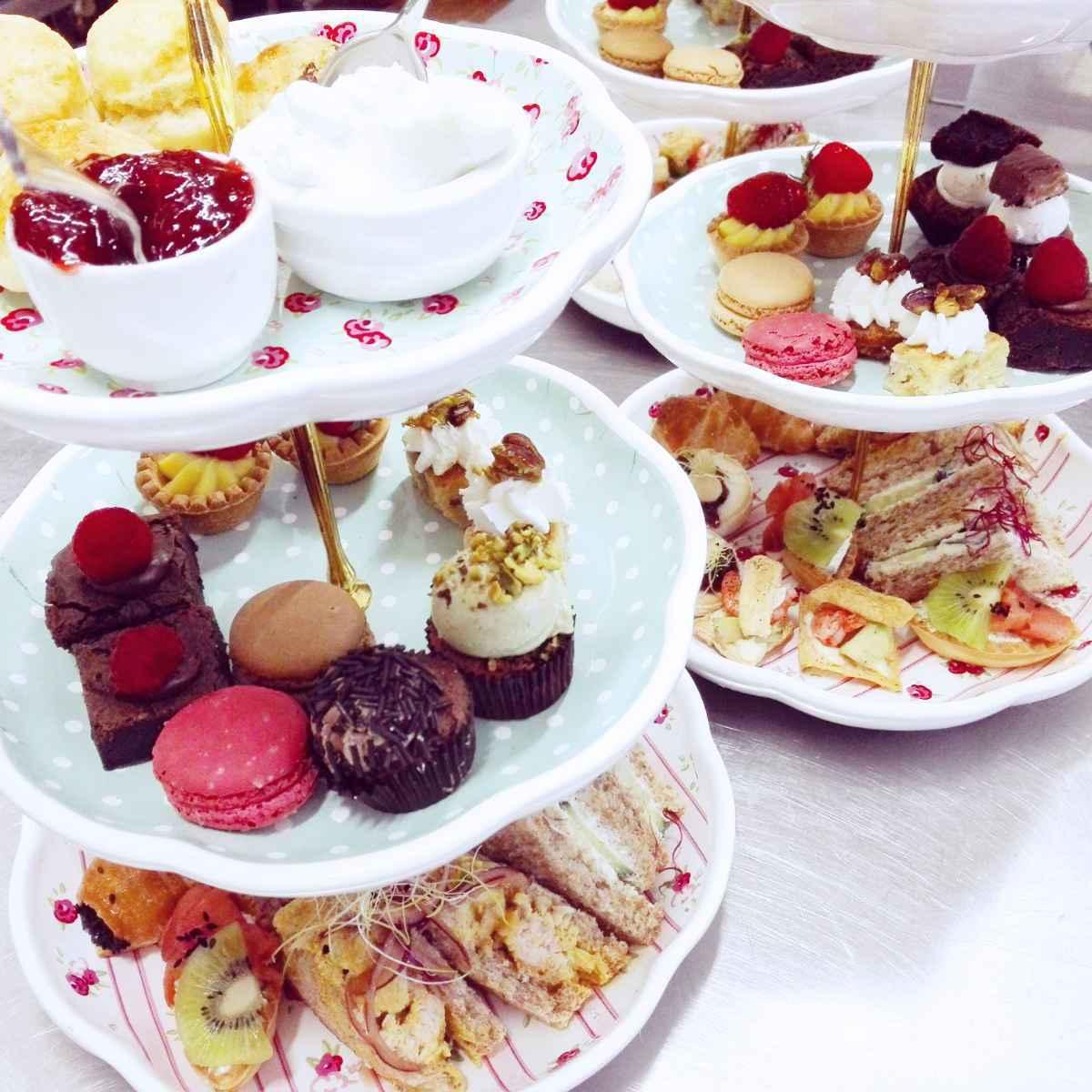 aperitivo inglese con scones, sanwich e dolci