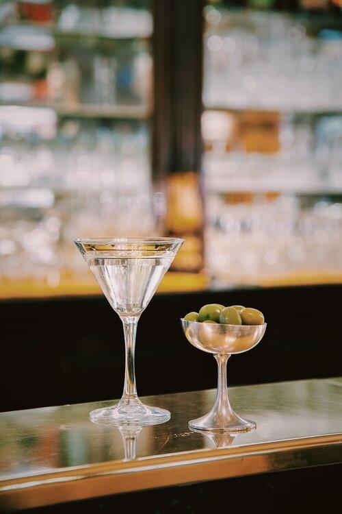 bicchiere di vermouth e olive