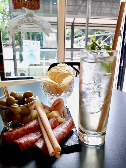 aperitivo con grissini patatine e olive
