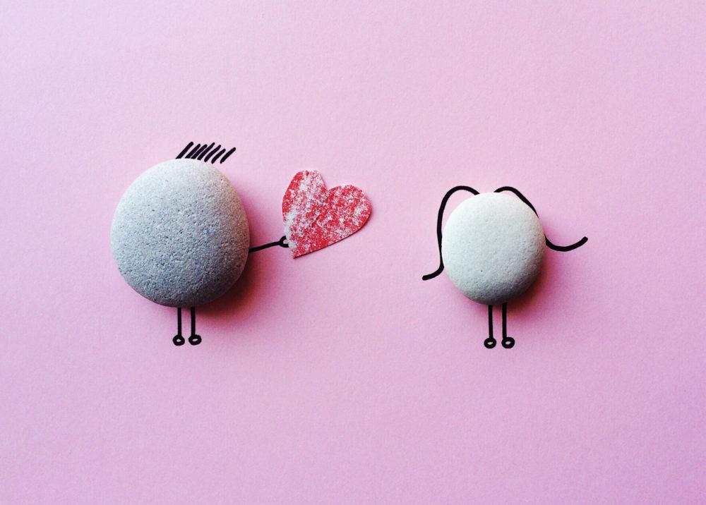 2 sassi che impersonificano 1 ragazzo che consegna un cuore ad una ragazza