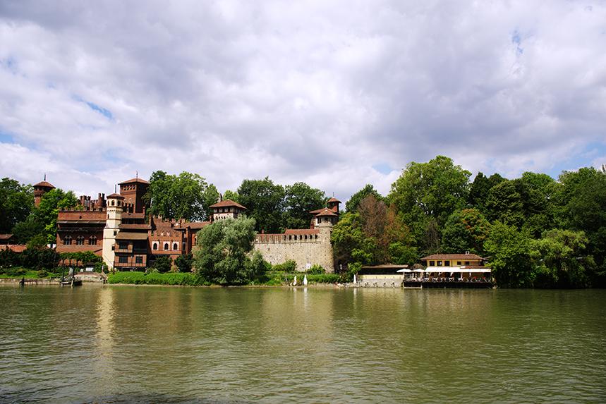 borgo medievale del valentino e fiume po