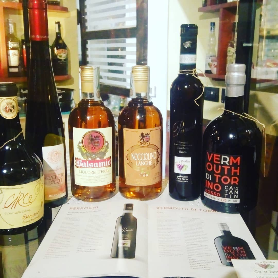 bottiglie di vino e vermouth