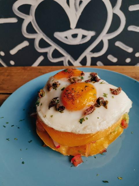 pancake con uovo fritto