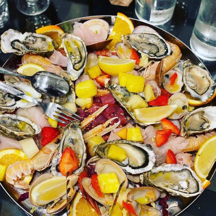 piatto con ostriche e limone