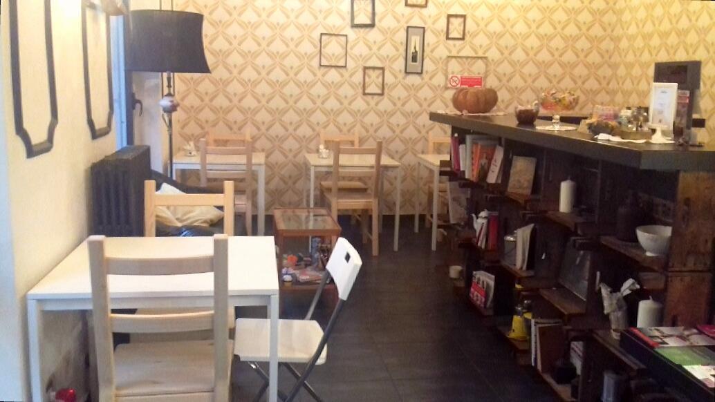 locale con libreria e tavolin bianchi