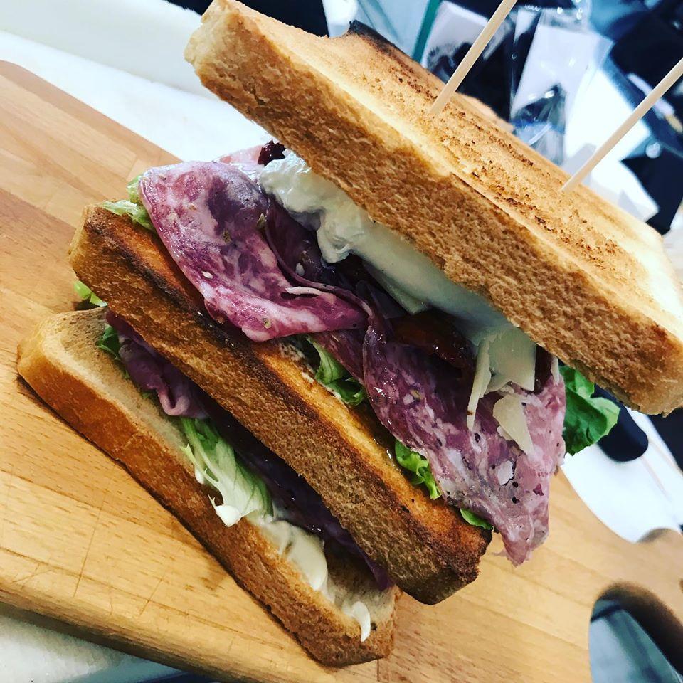 sandwich con salmae e mozzarella
