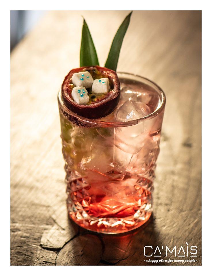 cocktail con frutto della passione e marshmellow
