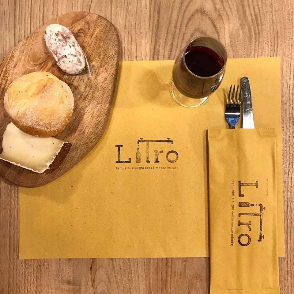 pane, salame, formaggio e calice di vino rosso