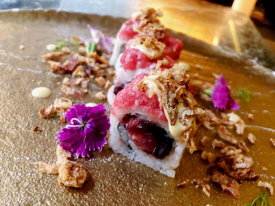 sushi dipesce ornato con fiori viola