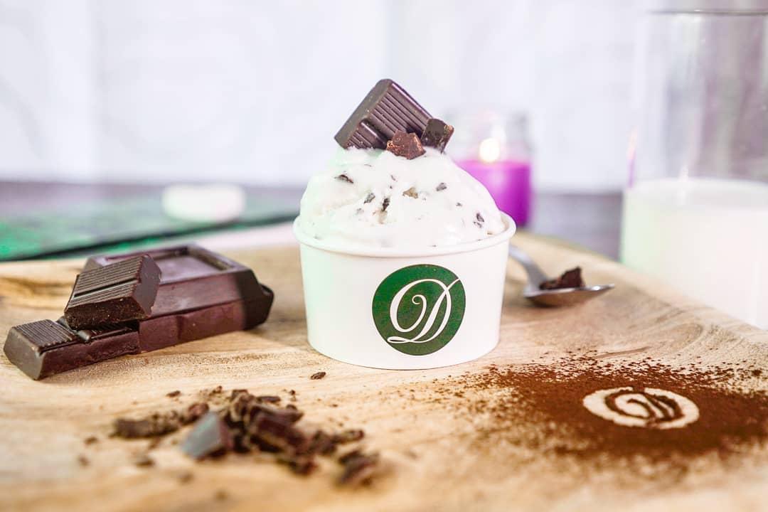 coppetta di gelato con stracciatella e cioccolato