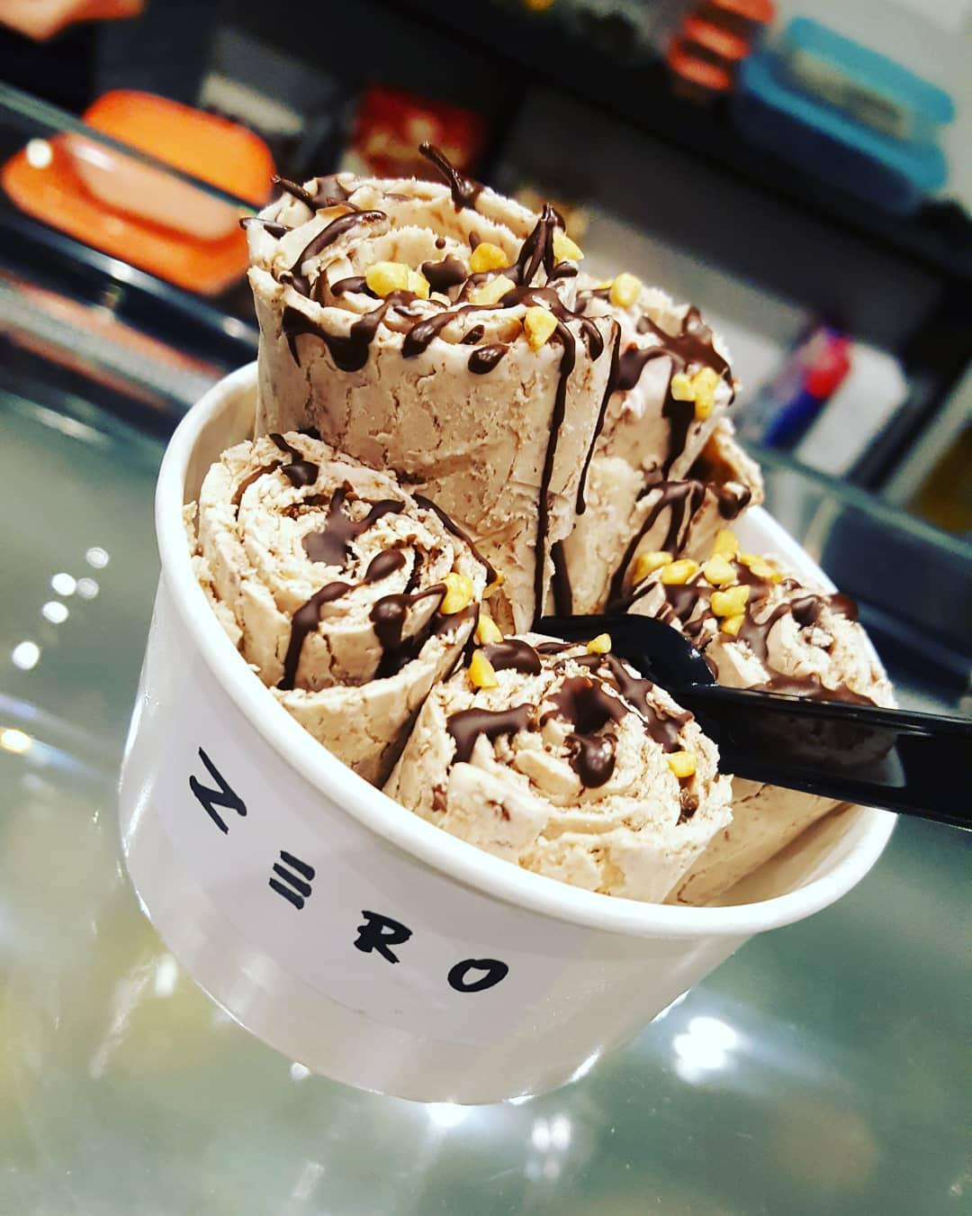 coppetta di gelato thailandese con roll di gelato